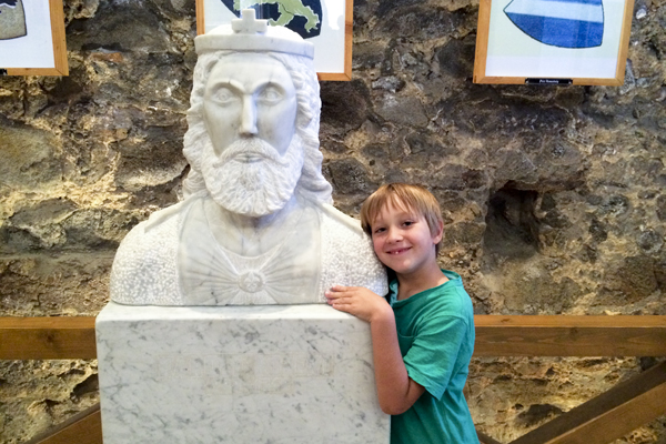 Big Guy posing with the statue of King Béla