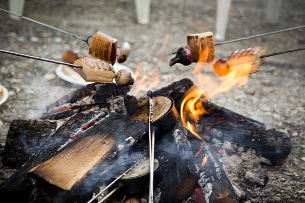 Szalonna roasting over an open fire.
